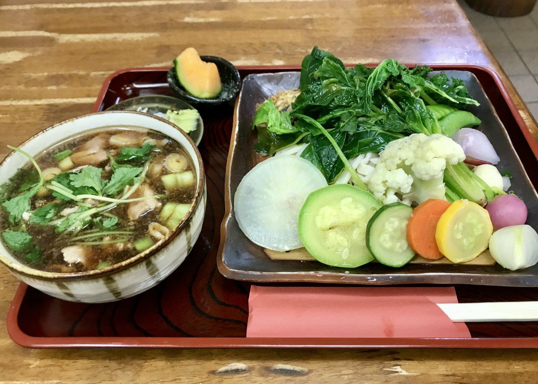 「野菜3倍肉汁せいろ」 うどん1000円。野菜の量が多い分、麺はちょっと少なめに。つけ汁には豚肉もたっぷり。