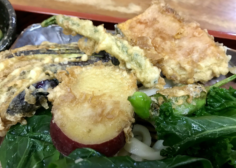 この日の天ぷらは、ナスにカボチャにサツマイモ、インゲン、シシトウ。ごま油の香りがしっかり効いている。