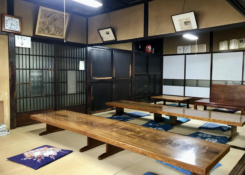 昭和2年の佇まいをそのまま今に残す。しかも写真左奥に映る建具に至っては、移転前の旧家から運び入れたもの。