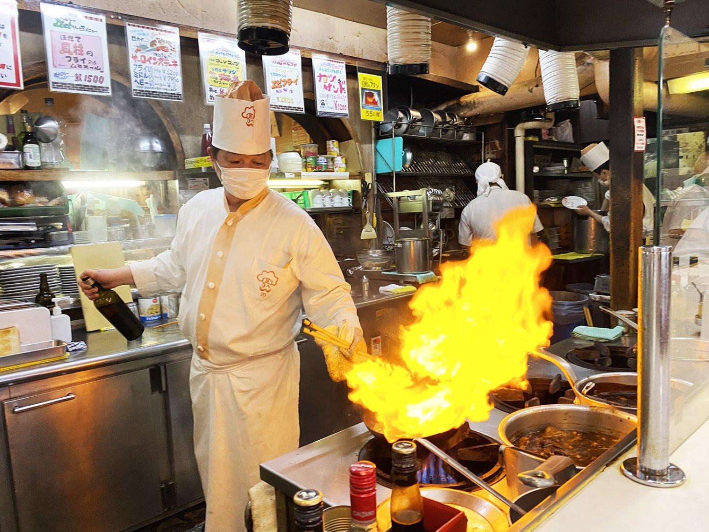 活気にあふれるオープンキッチン。鮮やかな手さばきでステーキをフランベする様子は、まさにエンターテインメントだ。