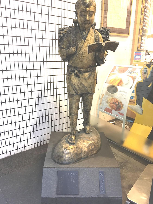 八重洲ブックセンターの金次郎。珍しい金色の像である(2019年)。