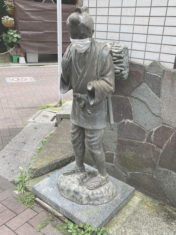 本を持たず、長らく「じっと手を見る」状態だった金次郎だが、現在左手が破損している(2021年)。
