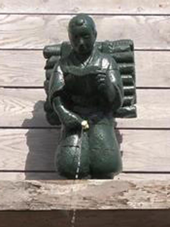 番外編。伊東の「怪しい少年少女博物館」に設置された、金次郎型小便小僧(2006年)。
