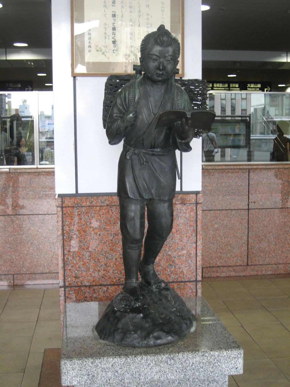本場・小田原には各地に金次郎像があるらしい。これは小田原駅コンコースの金次郎(2012年)。
