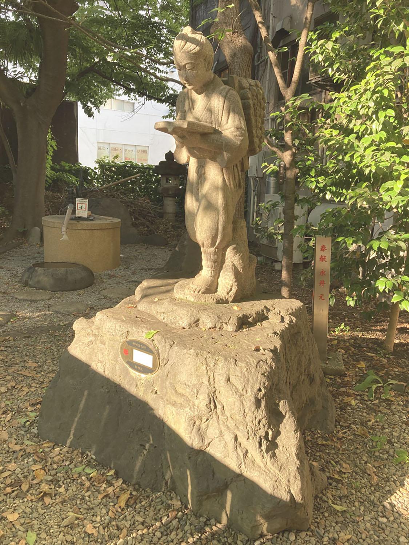 花園神社境内の金次郎。新宿区地域文化財に指定されている(2021年)。