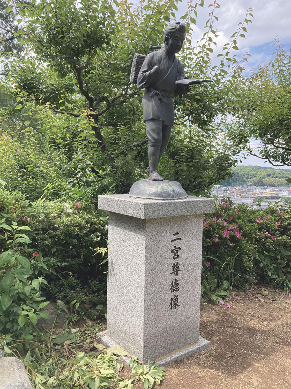 高尾の高台にある高尾天神社の金次郎。祭神が菅原道真とのことで、やはり勉学を連想しての設置なのだろうか(2021年)。