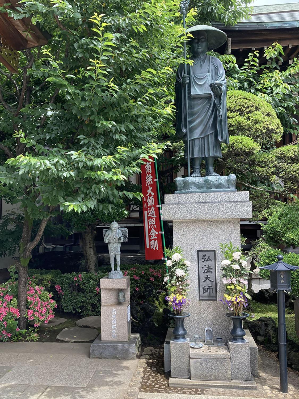 田端の東覚寺境内。巨大な弘法大師の横に唐突に金次郎(2021年)。