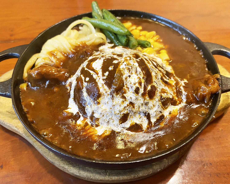 ハンバーグシチュー1150円。モンブラン型ハンバーグには肉汁がギュッと詰まっている。