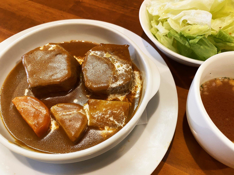 牛タンシチューはサラダ、コンソメスープ、バケットまたはライス付きで1600円。