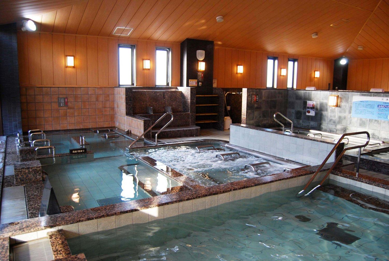 内湯での楽しみは、医療効果が高いといわれる1000ppmの高濃度炭酸泉。入浴すると2~3分で肌に気泡がつく。