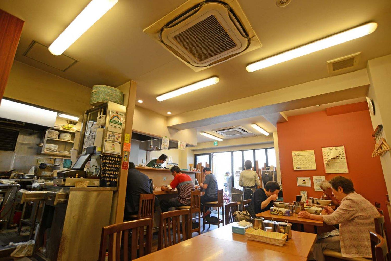 店内にはカウンター席とテーブル席があり、昼どきには空席待ちもできる。