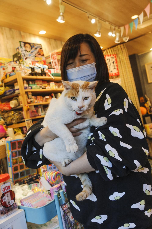 店主の小倉勝実さんと。「大きくてどっしり重いんですよ」。