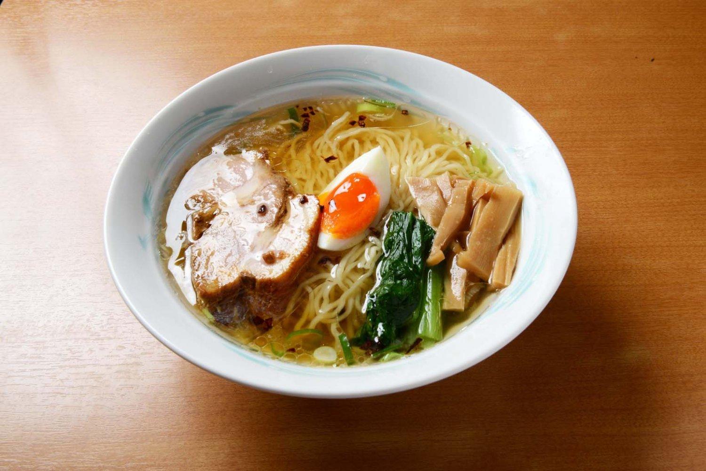 透明感のあるスープや色どりも美しい具が食欲を誘う。