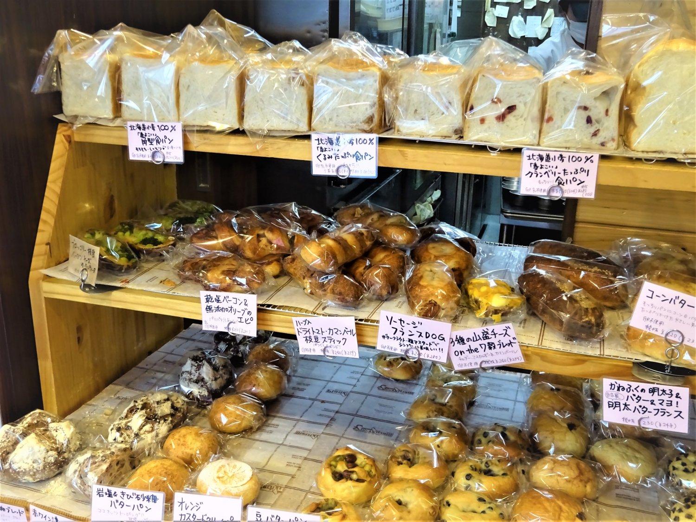 店内の工房で焼かれた食パンや総菜パン。