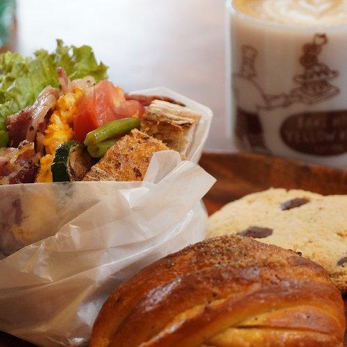 浦和のベーカリーカフェ『ベイクハウス イエローナイフ』で、朝6時から焼き立てパンが食べられる幸せを