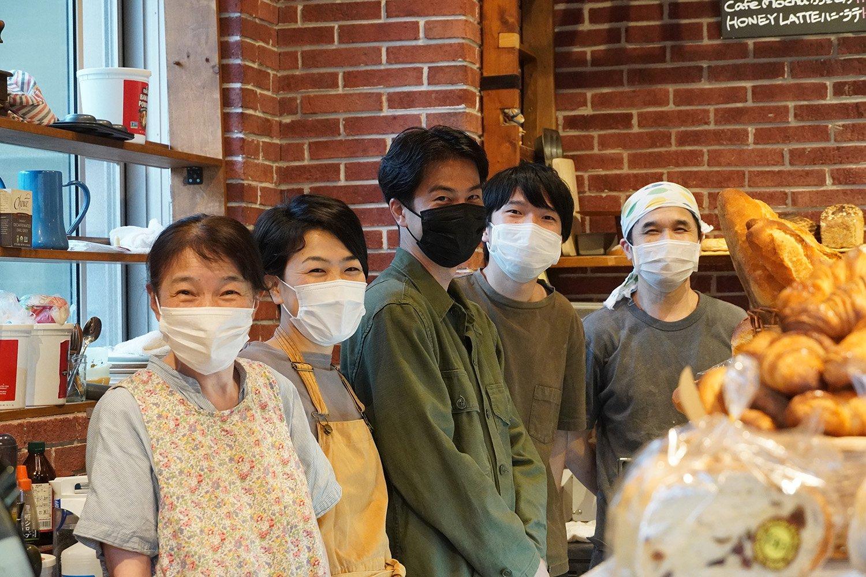 遊びに来ていた元・スタッフの方もいっしょに、一番左が母の幸恵さん、右から2番めが店長の純弥さん。家族・スタッフの仲の良さが感じられる。