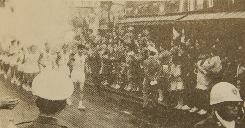 1964大会では聖火ランナーの正走者1名、副走者2名は16~20歳、随走者20名は中学生も可だった。(写真提供=練馬区立石神井公園ふるさと文化館)