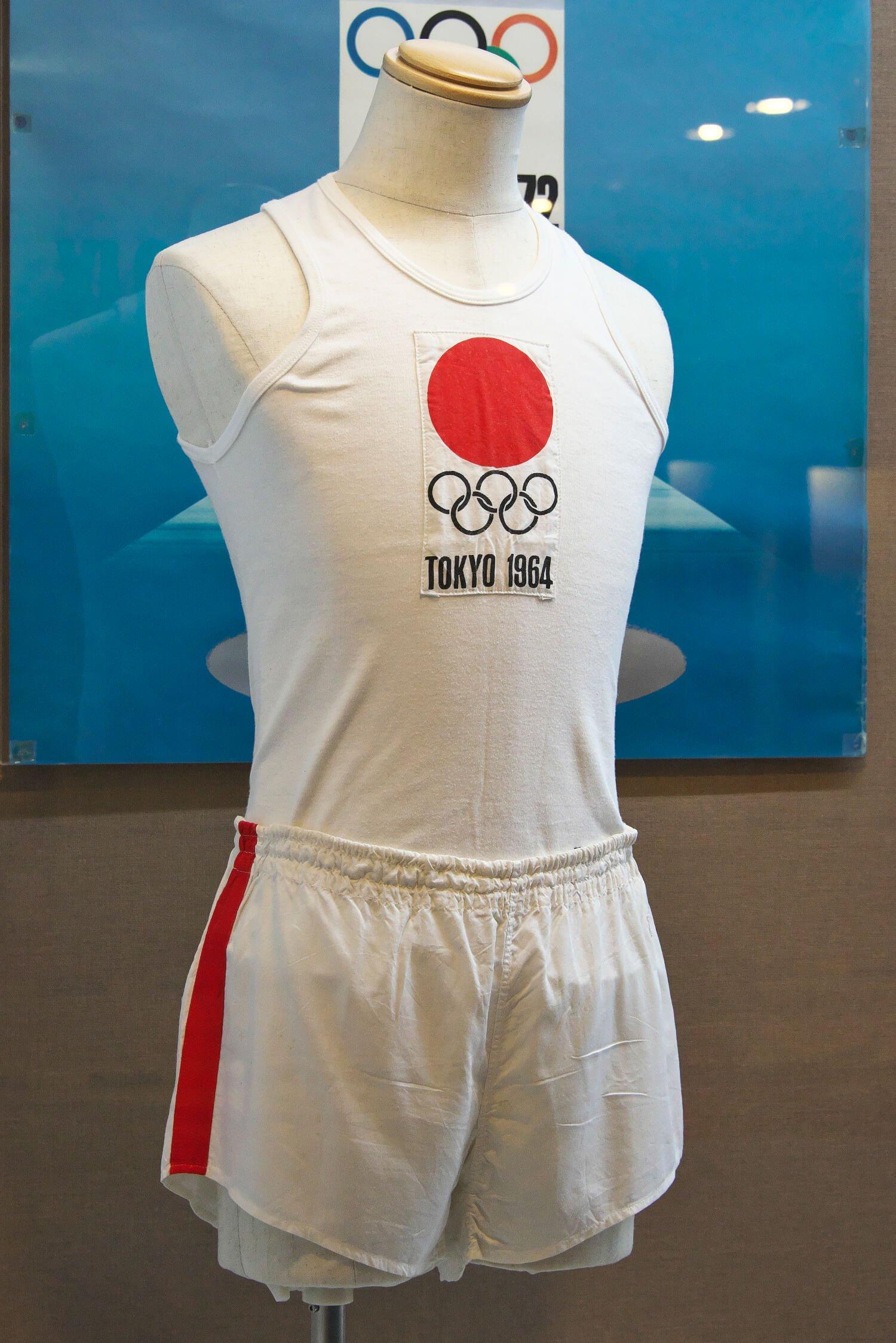 井上さんが本番で着たランニングと短パン。練馬区立中村南スポーツ交流センターに展示。