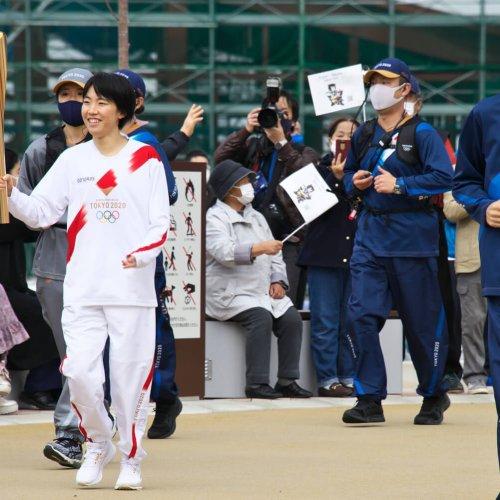 聖火リレー/ビシッと駆け抜けた前大会・笑顔と安全の今大会【東京オリンピックを歩く】