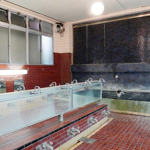 薪で沸かす湯のやわらかさとレトロ感。浦和『若松湯』は、商店街ど真ん中の老舗銭湯