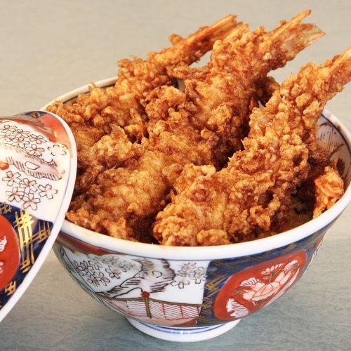 浅草の老舗『大黒家天麩羅』の看板メニューは、4本入りの海老天丼。秘伝の甘辛いつゆが決め手だ!