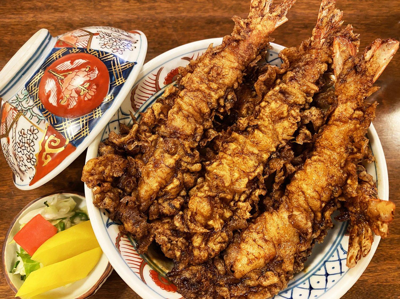海老天丼2000円は、えび天4本入りの人気メニュー。