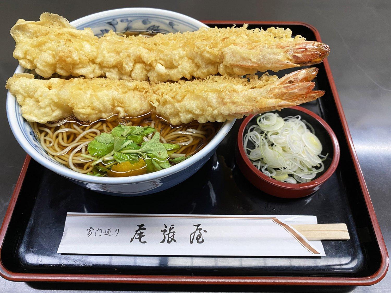 天ぷらそば1600円。えび天が器からはみ出しているが、どんぶりが小さいわけではない。