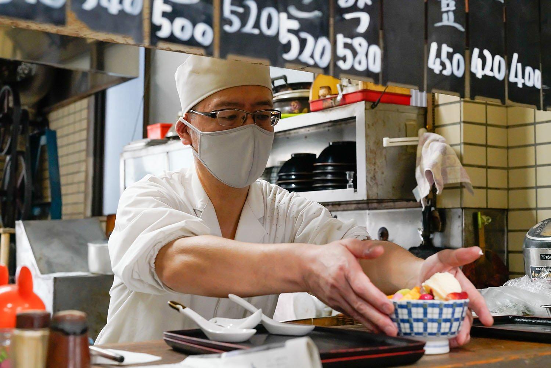 ほい、こちらが本業。と、人気のクリームあんみつを差し出す店主の石山繁さん。