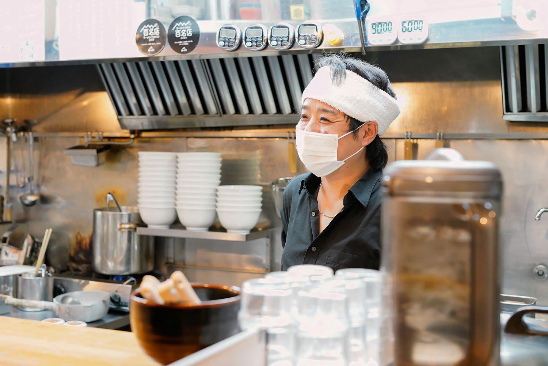人懐こい笑顔の橋本健太朗さんは大勝軒シンガポール店の立ち上げも。その際のスパイスが辛ラーメンに生きている。