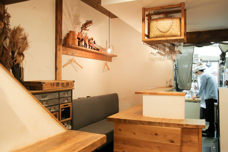 さりげなく置かれた浅草開化楼の麺の木箱。低加水の特注麺は歯切れ良く香り良い。