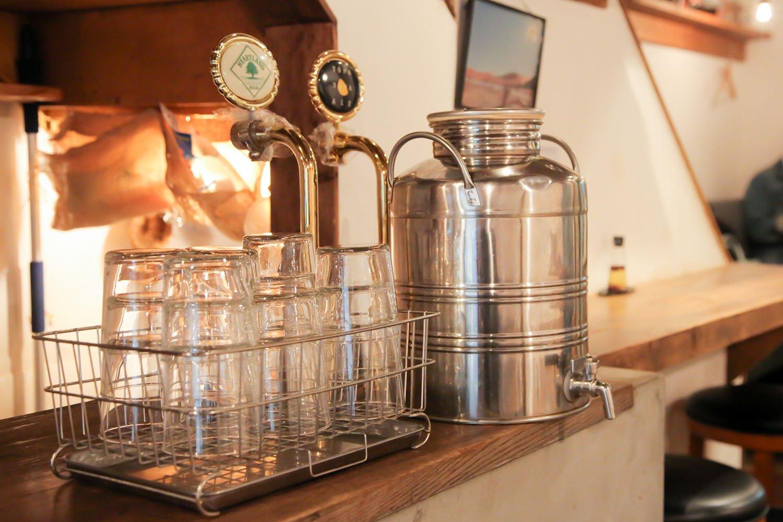 普段はナチュール系のワインやクラフトビールなどが人気のカウンター。お昼は美味しいジャスミン茶サーバーが置かれる。