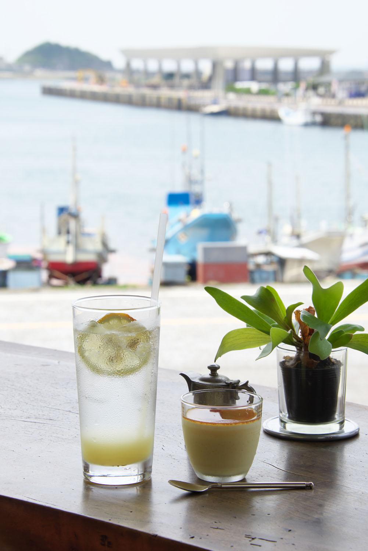 2階の窓から望む港風景。左手前は定番の飲物・オーガニック・レモンソーダ500円。右は人気の雀家プリン350円。