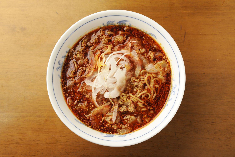 勝浦タンタンメンは塩800円、とんこつ、味噌、元祖カレー味900円もあり。まろみもあるが、ヒリヒリ辛い自家製ラー油が供され、辛味追加も可。