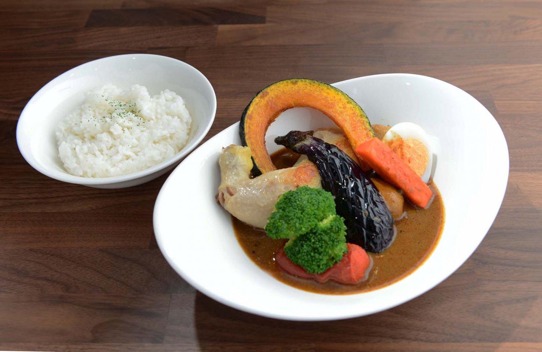 野菜は大ぶりのカットで彩りもよく写真映えする。スープカレーの料金はライス込み。