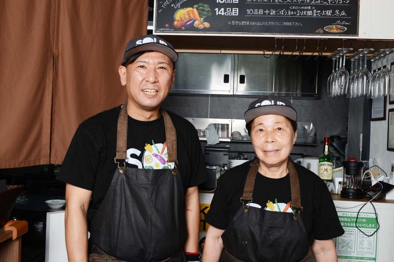 店主・村田さんとともに厨房に立つお母さん。