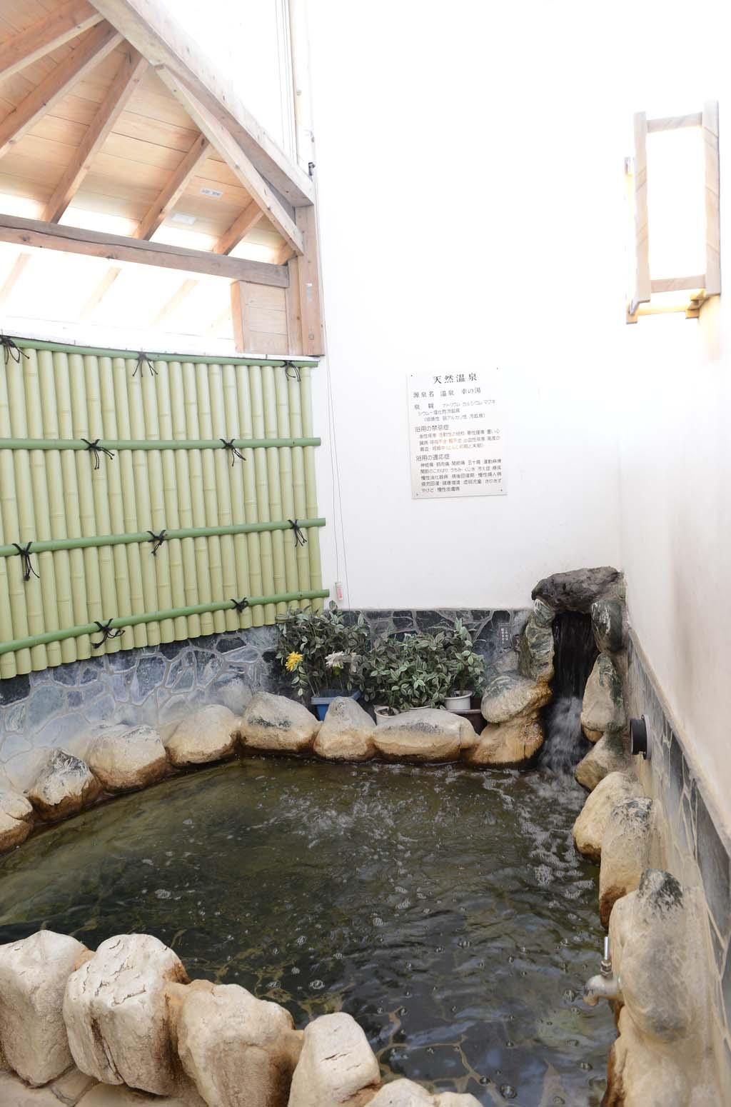 竹垣風に囲まれ、和の趣を感じる露天風呂。