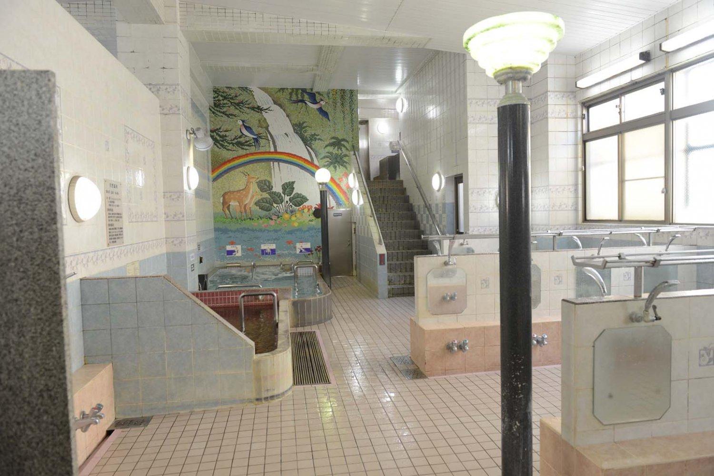 鹿の親子が印象的な女性用大浴場。男性用大浴場はシンメトリーの配置。
