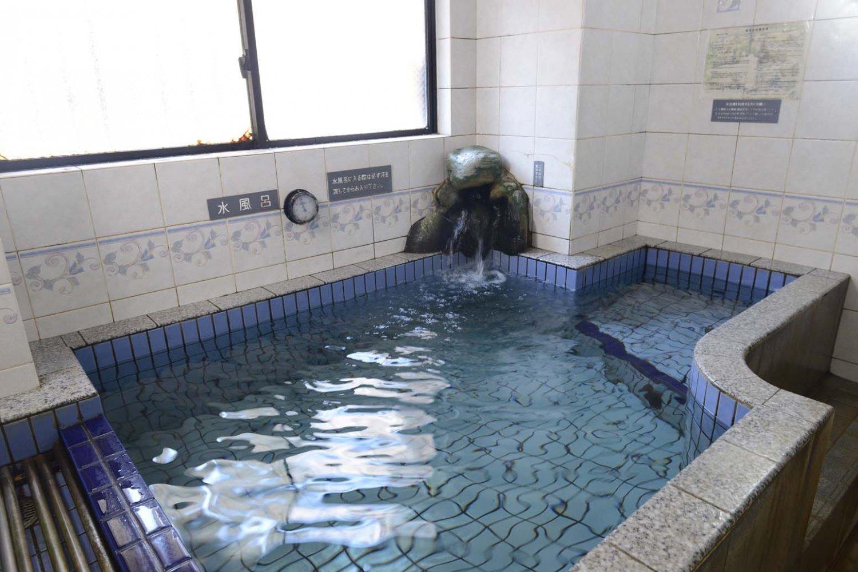 水風呂のは夏は冷たく、冬は暖かい。温泉の効能が体に染み込むように感じられる。
