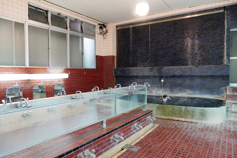 シンプルなタイル貼りの浴室。清潔感がある。