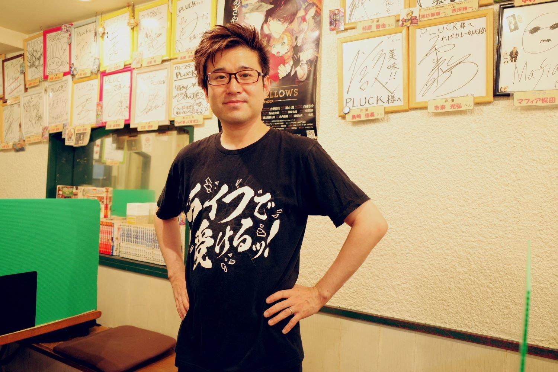 「全国大会にも出場しまして……」と道上さん。ゲーマー時代のニックネームはMEN会長。店を開いた現在はMEN店長と呼ばれる。ちなみに、この気になりすぎるTシャツは?「バトルスピリッツというカードゲームのTシャツです」。