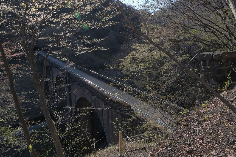 右の第5トンネルからみた碓氷第3橋梁。ストンと落ちる谷間に架かっているのがわかる。