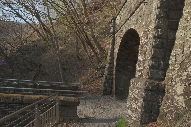 第5トンネルの軽井沢方は石積みだ。前後のポータルで異なる材質を使っている。左は第3橋梁の端部。