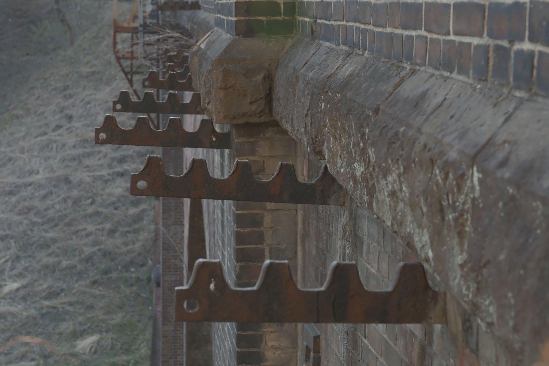 橋梁部から飛び出ているラックレールの残骸は現役時代からあり、用途廃止となったラックレールを電信線の受け木として再利用していた。その名残がしっかりとある。