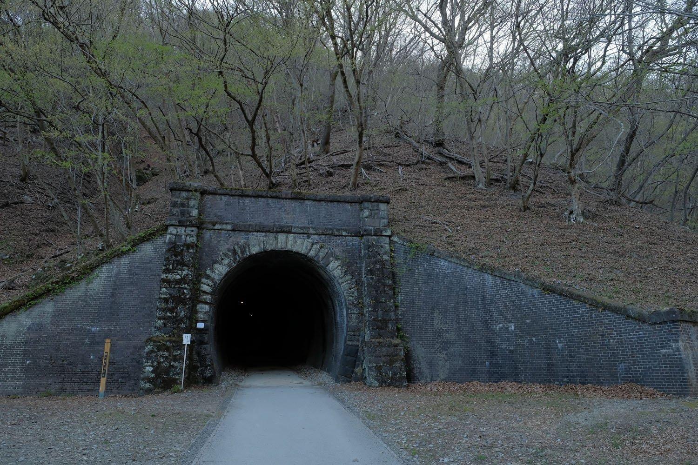 第6トンネルの入り口。ポータルの左右にあるのはウイング(翼壁)と呼ぶ。黒ずんだレンガの重厚感がたまらない。