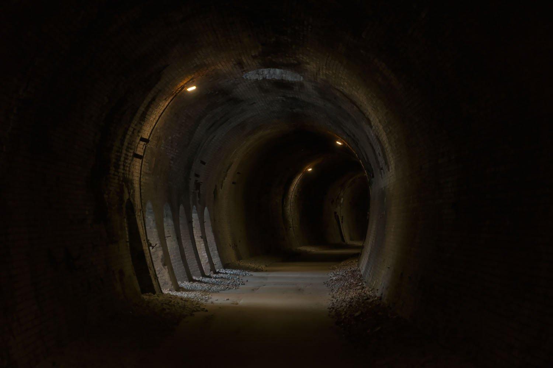 横坑が現れた。外の光が差し込んで神秘的。