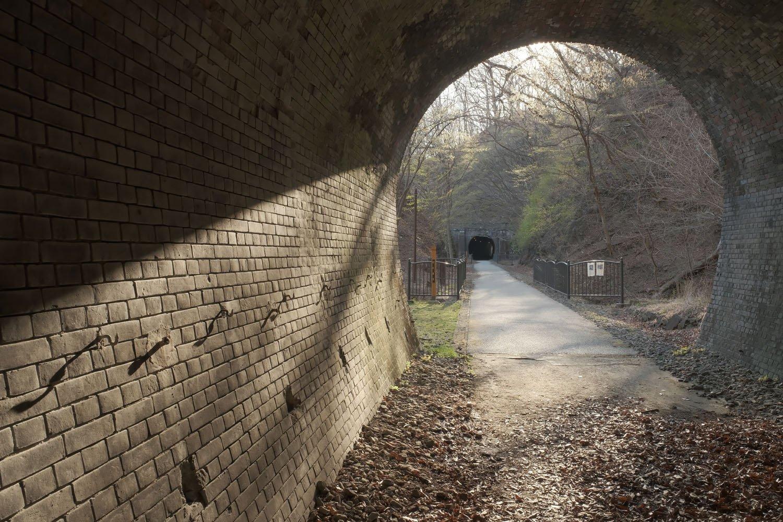 第6トンネルを出る。第7トンネルの間にはいくつか遺構が存在する。