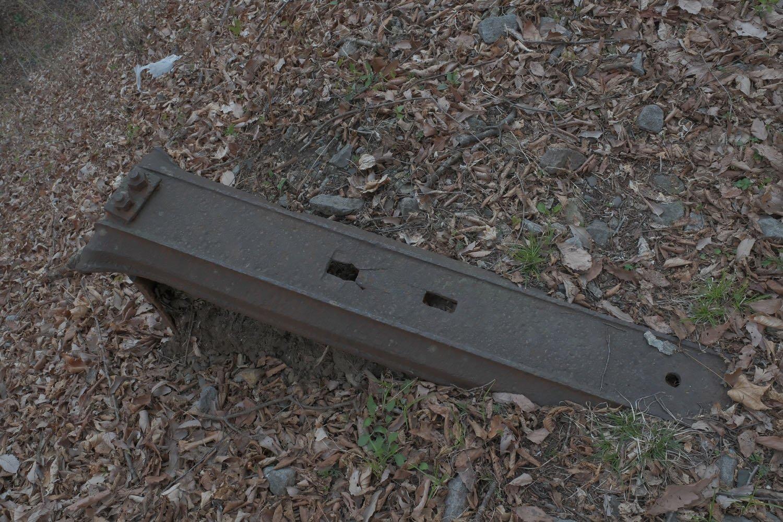 鉄枕木のアップ。四角い穴はレールを固定する犬釘用。右側の丸穴はラックレールを固定する金具用だ。