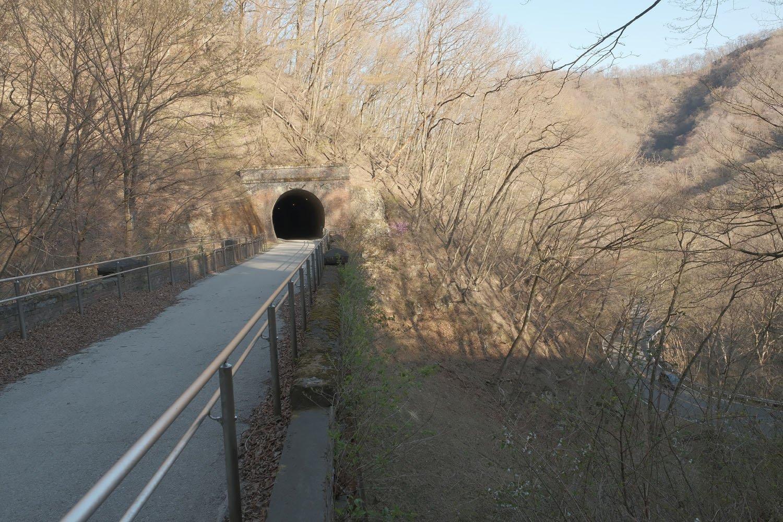 はるか眼下に旧国道が見える。この橋梁もそこそこな高さだ。