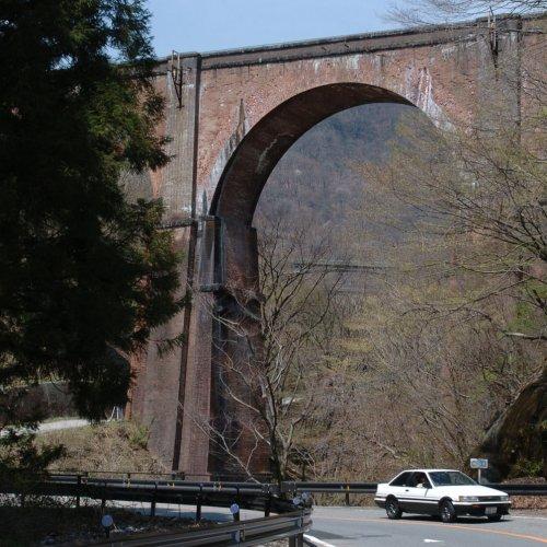 高さ31mの4連レンガアーチ「めがね橋」を渡ると、トンネルと橋梁が連続する~碓氷峠その3