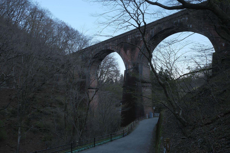 碓氷第3橋梁を渡ると旧国道へ下りられる。橋梁の裏側部分も観察できる。